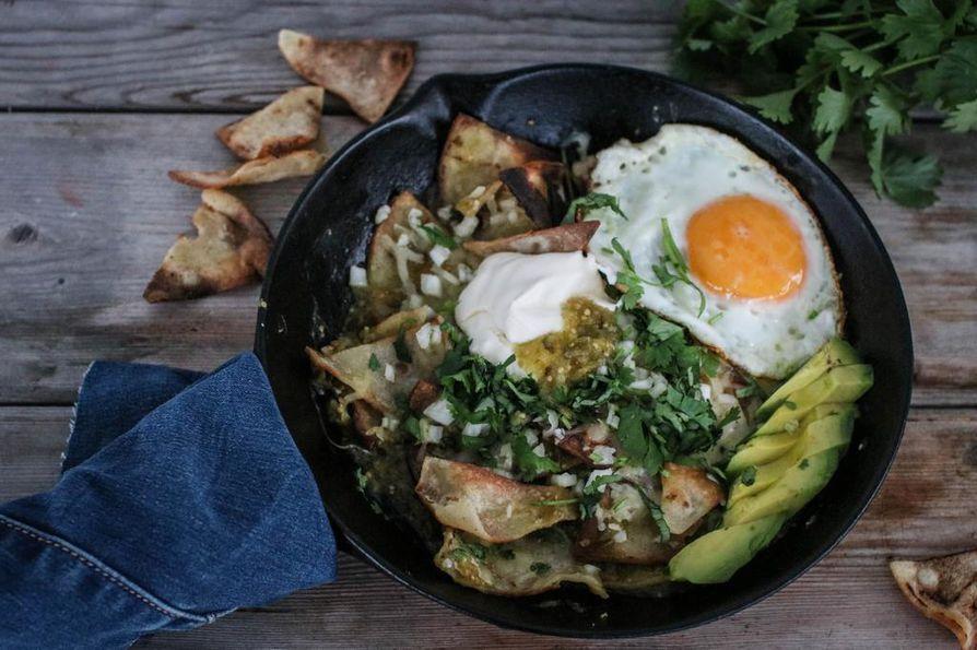 Chilaquillesin voi valmistaa myös uunivuokaan lisäämällä ainekset kerroksittain ja gratinoimalla sitä noin 20 minuuttia. Silloin kannattaa lisätä mukaan myös nyhtökanaa.