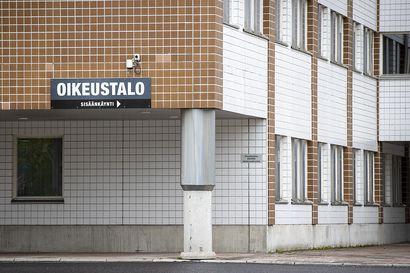 Jalkakäytävällä ajanut pyöräilijä jäi kuorma-auton alle ja kuoli Oulun keskustassa – oikeuden mielestä ei ole poikkeuksellista, että pyörällä ajetaan sääntöjen vastaisesti