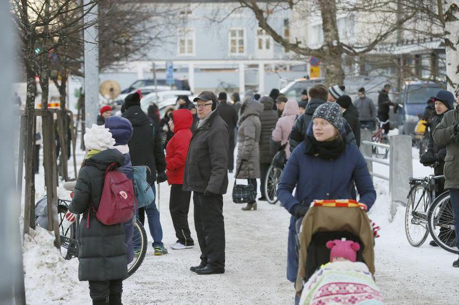 Medvedevin vierailu keräsi katsojia Kirkkokadun varteen.