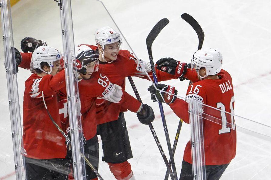 Sveitsi peittosi Kanadan ja etenee loppuotteluun Ruotsia vastaan.