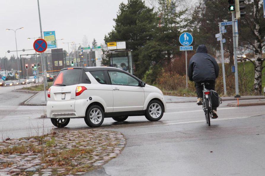 Lasikuidusta ja alumiinista valmistettu mopoauto on kevyt eikä tarjoa vahvaa kolarisuojaa. Toisaalta mopoauto pysähtyy nopeasti eikä sen massa ole henkilöauton veroinen uhka jalankulkijoille tai pyöräilijöille.