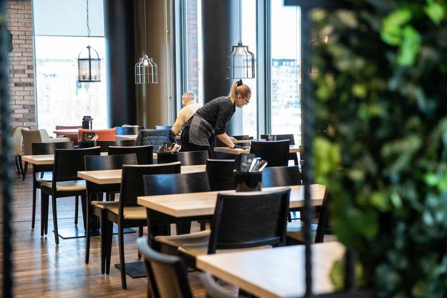 Tyhjää. Useimmat suomalaisravintolat ovat jo sulkeneet ovensa. Tältä näytti Tampereen Ratinan kauppakeskuksen ravintolamaailmassa viime viikon torstaina.