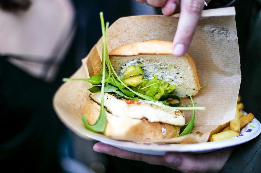 Festivaaliruoka pitää pystyä syömään helposti, mielellään yhdellä kädellä. Hampurilaista kätevämpää evästä saa hakea.