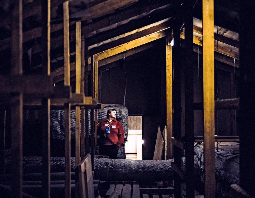Terhi Seppäsen nykyisiin työtehtäviin vahtimestarina kuuluu muun muassa sulkea toimintakeskuksen ovet iltaisin ja tarkistaa kiinteistön tilat.