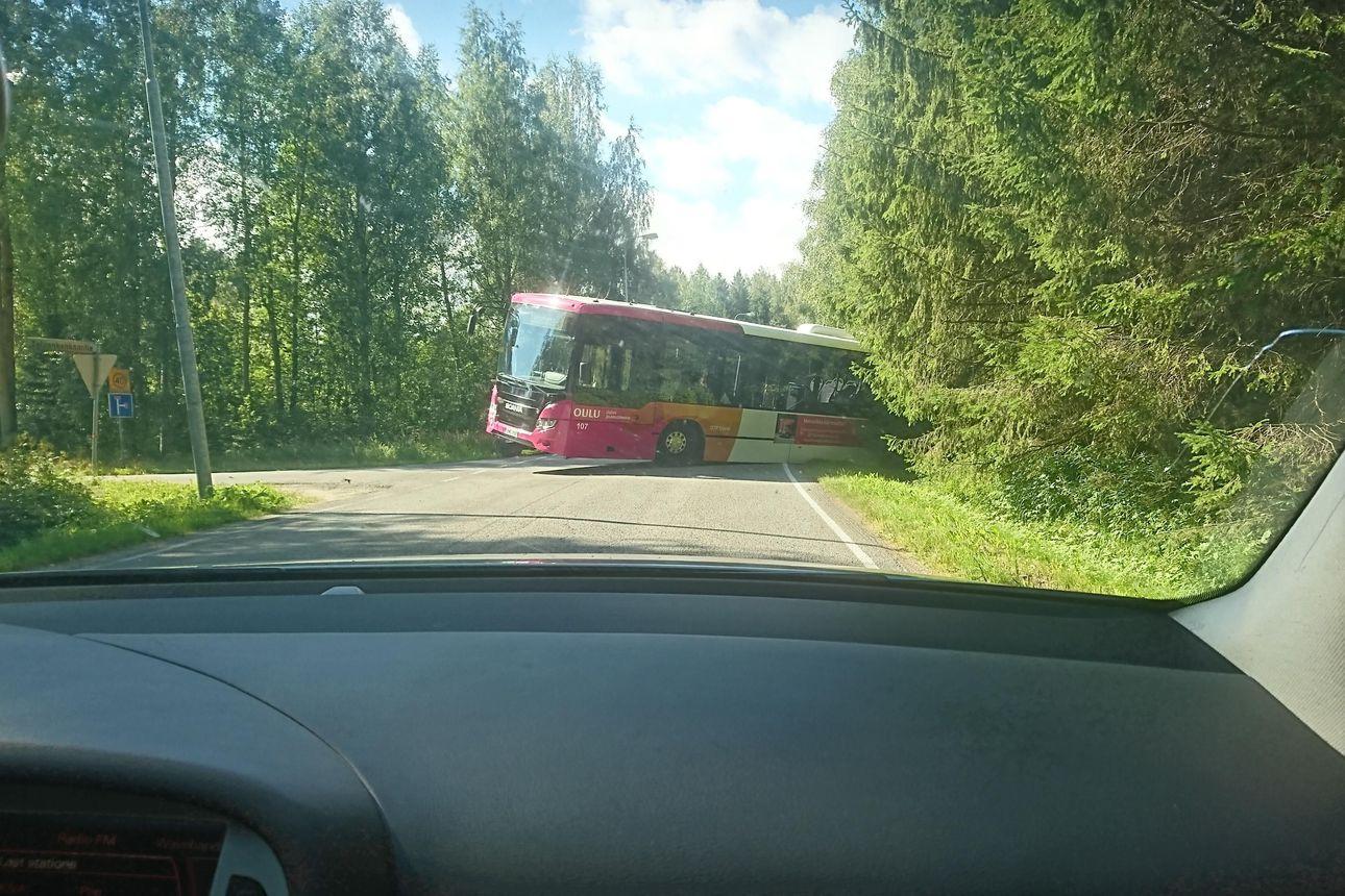 Oulun joukkoliikenteen bussi luisui metsikköön Palokankaantiellä sunnuntai-iltapäivänä, auto hinataan pois mahdollisimman pian