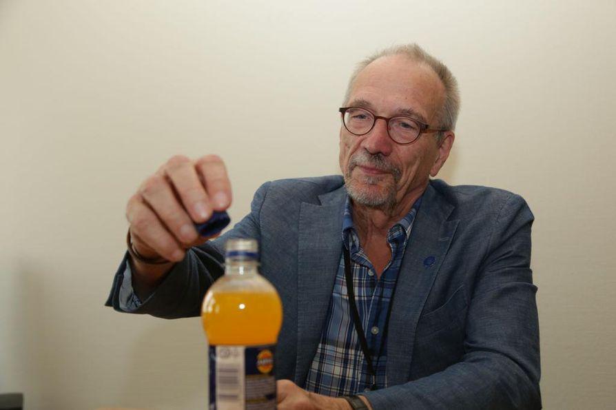 Europarlamentaarikko Nils Torvalds (r.) korkkasi Jaffa-pullon tiedotustilaisuudessa sen jälkeen, kun LULUCF-äänestys oli ratkennut.