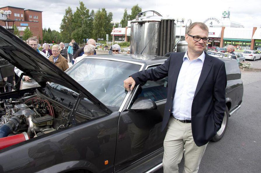 Keskustan puheenjohtaja Juha Sipilä esitteli itse rakentamaansa häkäpönttöautoa Pirkkalassa vuonna 2013. Sitäkään eivät bensan ja dieselin hinnan nousut koske.