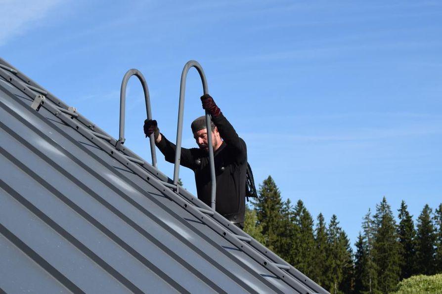 Nokipoika laskeutuu katolta. Vastaavanlaisessa tilanteessa Teemu Nyberg joutui pahaan onnettomuuteen, kun tikkaat katkesivat yllättäen.