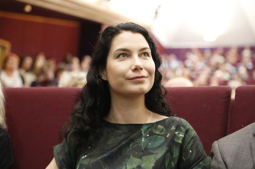 Vihreiden kansanedustaja Emma Kari puolestaan vaati pääministeri Juha Sipilää (kesk.) ja valtiovarainministeri Petteri Orpoa (kok.) tuomitsemaan Soinin aborttikannanotot.