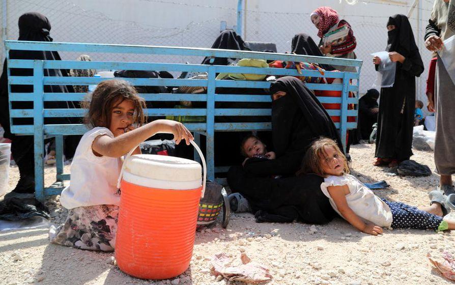 Irak palauttaa yhteensä 473 Isis-perheiden lasta kotimaihinsa. Kuva Syyriassa sijaitsevalta al-Holin -leiriltä, jossa elää Isis-naisia ja lapsia.