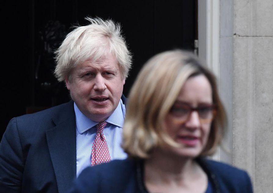 Britannian työ- ja elinkeinoministeri Amber Rudd (edessä) ilmoitti lauantaina eroavansa tehtävästään ja konservatiivipuolueesta. Arvostelijoiden mukaan Boris Johnsonin (vasemmalla) hallitus ei edes yritä saada sopimusta EU:n kanssa.