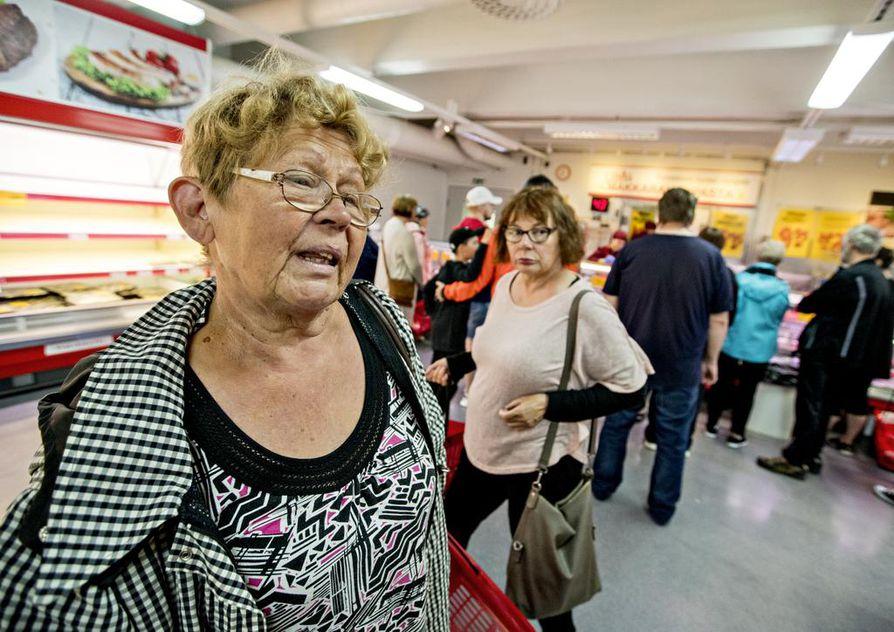 Makkarakaupan pitkäaikainen asiakas Anja Kovanen harmittelee, mistä joulukinkku ostetaan ensi talvena.