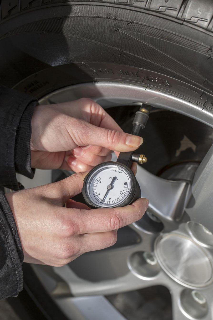 Rengaspaine tarkastetaan kuukausittain ja aina, kun auton kuormaus muuttuu olennaisesti.
