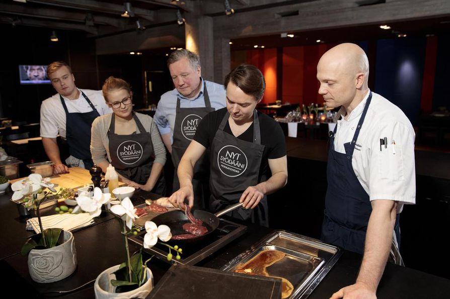 Verkatehtaan kokki Tomi Koivula, Erika Björkskog, Tapani Hellstén, Aleksi Aromaa ja keittiömestari Oula Hänninen ovat sorsanrinnan kimpussa. Tapani Hellsténin mukaan lihan paistamisessa aina tulee hermostuttua.