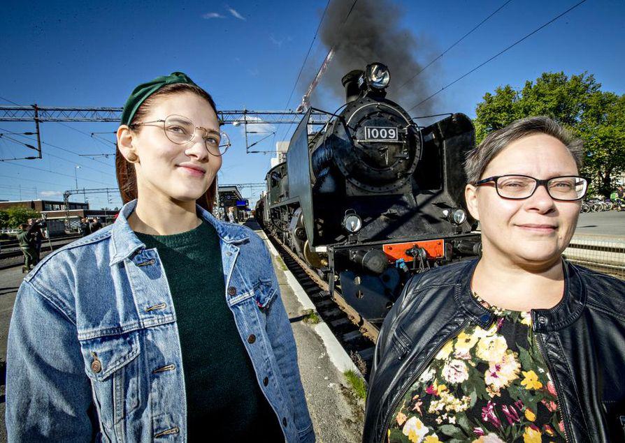 Laura Kilponen ja Minna Ollikainen matkustavat Haaparantaan veturissa. Matkaa on fiilistelty yhdessä jo toista viikkoa.