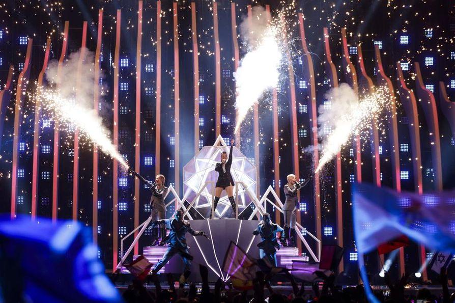 Suomea edustava Saara Aalto on yksi suurista naistähdistä Euroviisujen finaalissa Lissabonissa. Kilpailukappale on nimeltään Monsters.