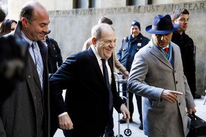 """Oikeudenkäynti Harvey Weinsteiniä vastaan alkoi New Yorkissa – """"Hän on raiskaaja"""""""