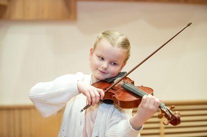 """""""Hän soittaa kuin kypsä viuluvirtuoosi, elävästi ja häikäisevän musikaalisesti"""" – Kempeleläinen nuori viulisti Lilja Haatainen esiintyy Oulunsalo Soi -festivaalilla, tapahtuman ohjelmisto julkaistaan maaliskuun lopulla"""