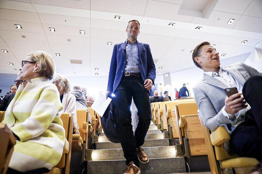 Kokoomuksen eduskuntaryhmä kokoontui kesäkokoukseen Espooseen. Kokoukseen saapumassa ryhmän puheenjohtaja Kai Mykkänen, jonka puhetta jo odottelivat Paula Risikko ja Antti Häkkänen.