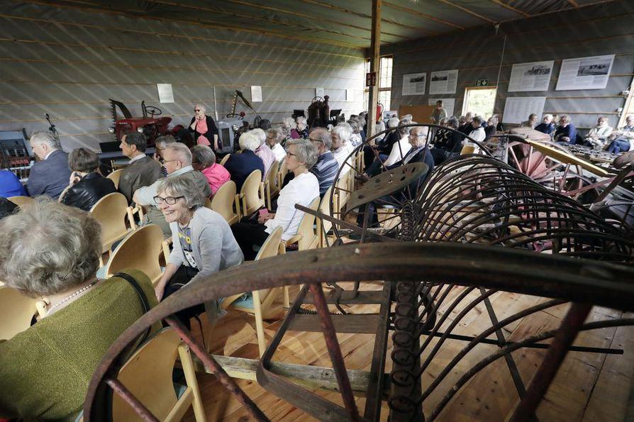 Keskustalaisen kesäillan ohjelma pidettiin Tyrnävän kotiseutumuseon maatalouskonemuseossa.