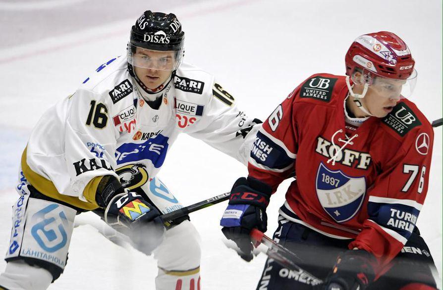 Julius Junttila (vas.) väänsi torstaina HIFK:n Jere Sallisen kanssa. Kärppiin palanneen Junttilan sihti ei ollut maalipaikoissa vielä kohdallaan.
