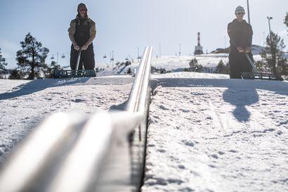 Miika ja Aleksi tekevät sen, mihin lumikissa ei pysty – Ruka Parkin kunnostaminen vaatii sheipperiltä laskutaustaa: Sheipperi Aleksi Patja on maajoukkuetason freestylelaskija