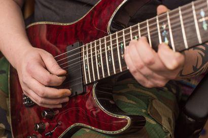 Perjantaina Kuusamossa tarjolla ainutlaatuinen trubaduurikeikka: Zero Ninen kitaristi Mara Mäntyniemi lupaa coverhittejä ja omaa ennenkuulematonta tuotantoa