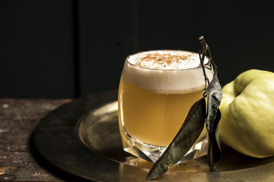 Talvi-illan aperitiivina toimii omenainen whisky sour, jossa on ripaus kanelia. Yksinkertaisuudessaan nerokas drinkki.
