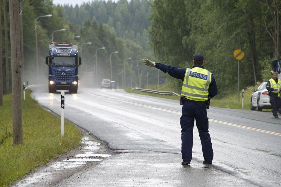Poliisi valvoi tällä viikolla raskasta liikennettä Kainuussa. Maakunnan erityispiirre on ylikuormaus, ja yritykset varoittavat toisiaan valvonnoista. Arkistokuva.