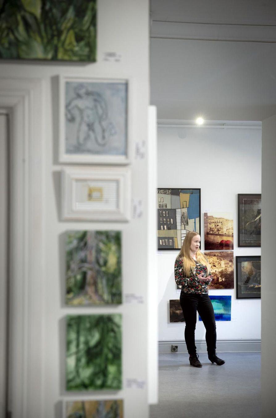 Talo täynnä taidetta -taidemyyntitapahtuman järjestelyistä vastaava Oulun Taiteilijaseuran toiminnanjohtaja Satu Alajoki harmittelee, ettei Galleria 5:ttä voida avata yleisölle. Hän toivoo ihmisten löytävän ARTon verkkosivuille, joilla näyttelyn teokset ovat esillä, lainattavissa ja ostettavissa.