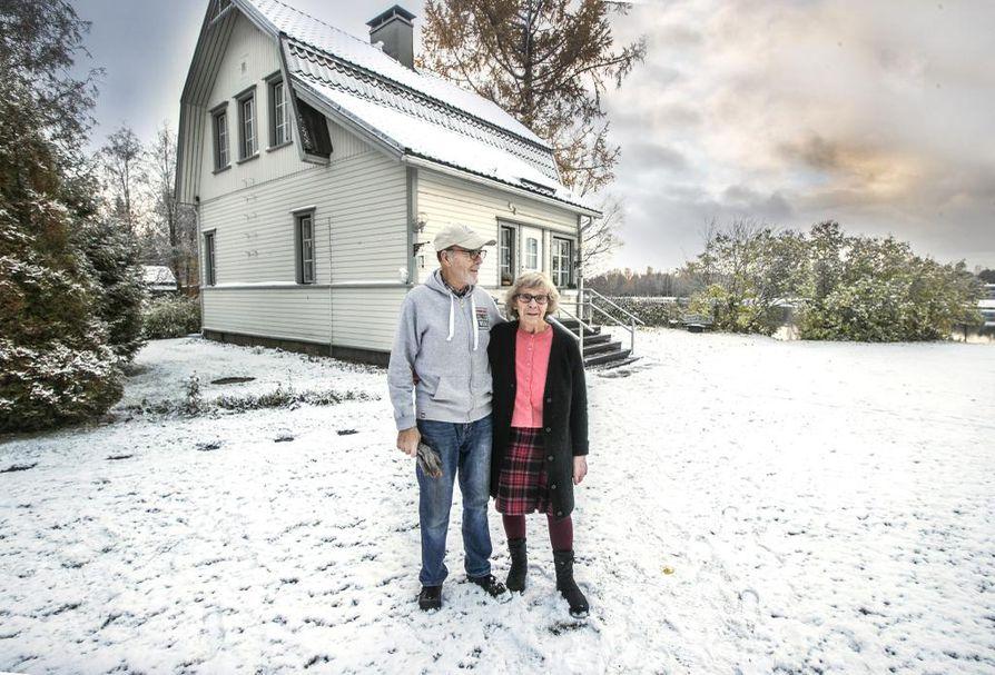 – Viikonloppuna juhlimme, olemme 60 vuotta olleet naimisissa, kertovat Oulujokivarressa asuvat Maila ja Reino Ontero. Oulun Veden suunnitelmat huolettavat pariskuntaa ja ovat vieneet yöuniakin.