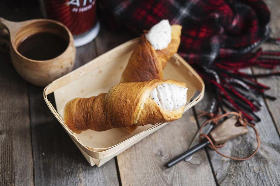 Mariannevaahto valmistetaan jo kotona, croissantit paistuvat nuotiolla.