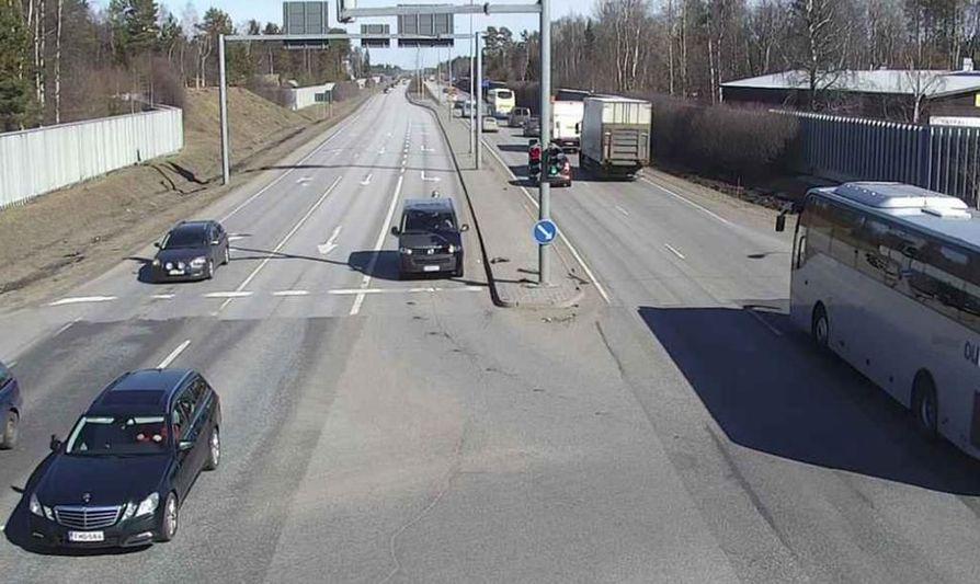 Kuusamontie on pääsiäisen menoliikenteessä yksi vilkkaimmin liikennöidyistä Oulussa. Kelikamerakuva.