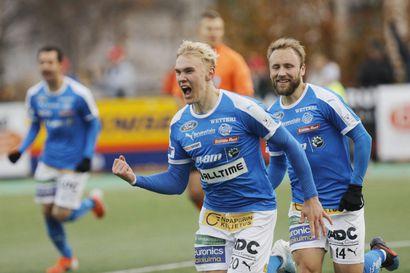RoPS pelaa liigassa myös ensi kaudella, sankari Juho Hyvärinen vietiin kentältä paareilla –Mestaruudesta pelanneelle KuPSille karu takaisku