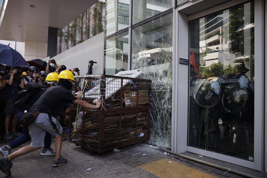 Kiinan valtion ohjaamissa tileissä on kritisoitu muun muassa Hongkongin hallintorakennusten valtauksia. Kiinan- ja englanninkielisissä tviiteissä toimintaa on kuvattu väkivaltaiseksi.