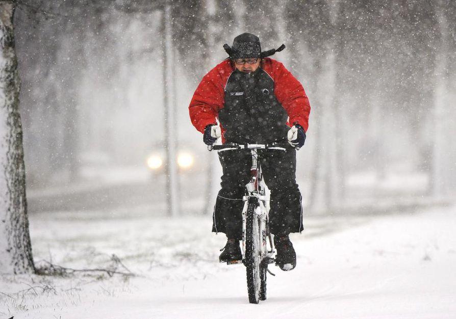 Työmatkapyöräily käy talviliikunnaksi. Lyhyistäkin liikuntapyrähdyksistä on hyötyä kunnon kohottamiseksi.