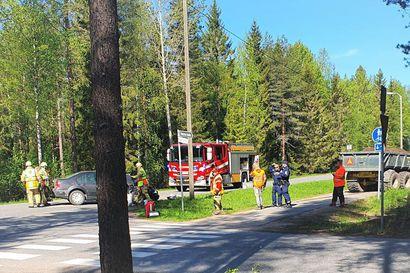 Traktori ajautui Tyrnävällä sattuneessa kolarissa henkilöauton moottoritilan yli