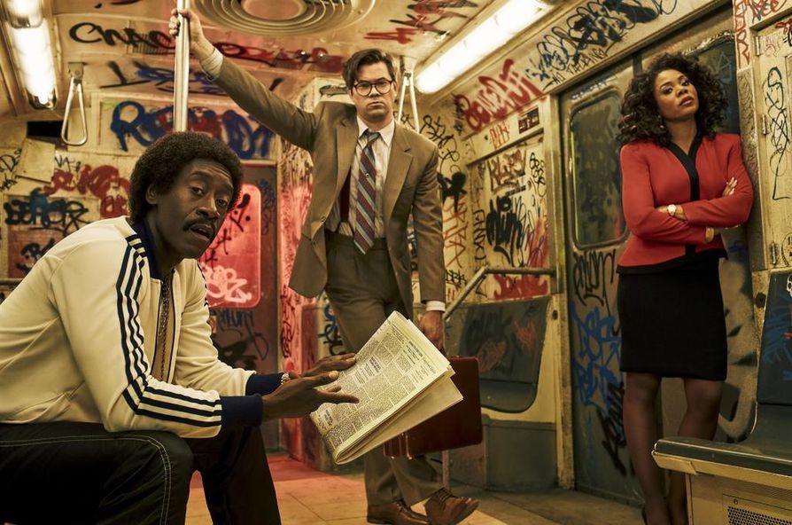 Komediasarja Black Monday avautuu vuoden 1987 pörssiromahduksen syistä. Mon roolissa on Don Cheadle, Balirina Andrew Rannells ja Dawnina nähdään Regina Hall.