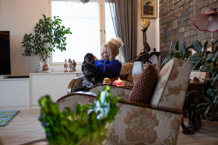 """""""Arvostan omaa elämääni ja kotiani. Täällä enole tititäti"""", Riitta Korpela kertoo kauniissa kodissaan."""
