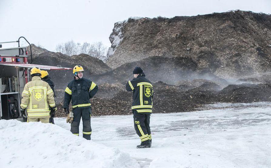 Massiivista hakeaumaa kaivettiin koneilla, jotta paloa päästiin sammuttamaan.