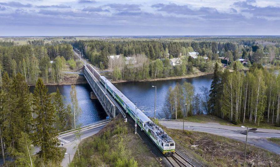 Nelostielle suunniteltava 17 kilometrin pituinen Iin ohitustie yhtyisi Asemakylän kohdalla rautatiehen. Nykyisen maantie- ja rautatiesillan kupeeseen tulisi uusi silta.
