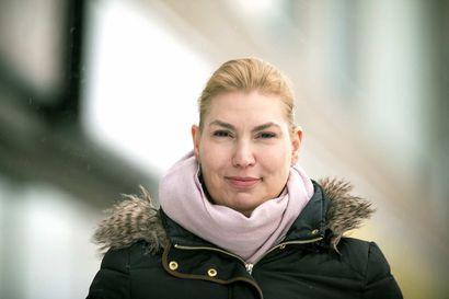 Katja Hänninen odottaa ennakkoäänien julkistamista kotonaan Raahessa