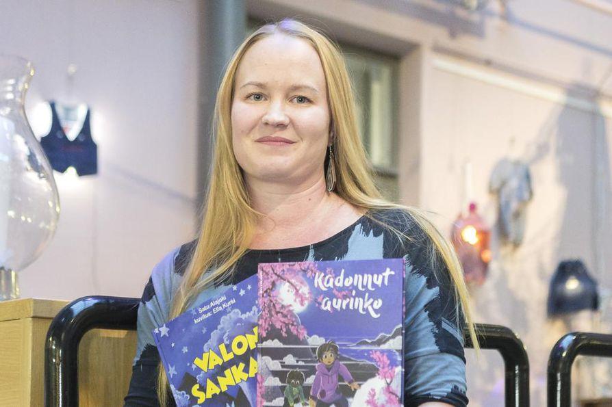 Ennen nykyistä työpaikkaansa taiteilijaseurassa Satu Alajoki toimi tuottajana lasten- ja nuortenkulttuurin parissa Valveella.