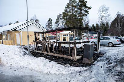 Rovaniemen tuhotöiden tekijä yhä vapaalla jalalla – Kaupungissa on poltettu jo kymmenkunta roskakatosta tai roskista, mukana on mennyt useampi auto
