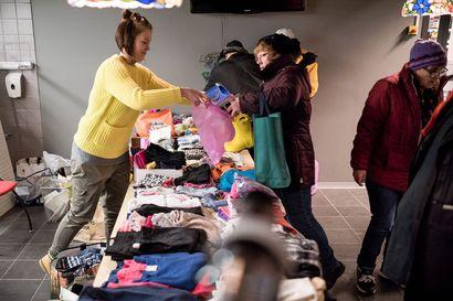 """""""Halusin nyt tehdä vastapalveluksen"""" – Taivalkoskelainen Mia Lakso sai apua ihmisiltä ja pisti hyvän kiertämään – hyväntekeväisyystempauksessa jaetaan satapäin lahjoituksia vauvanvaatteista pyykinpesukoneeseen"""