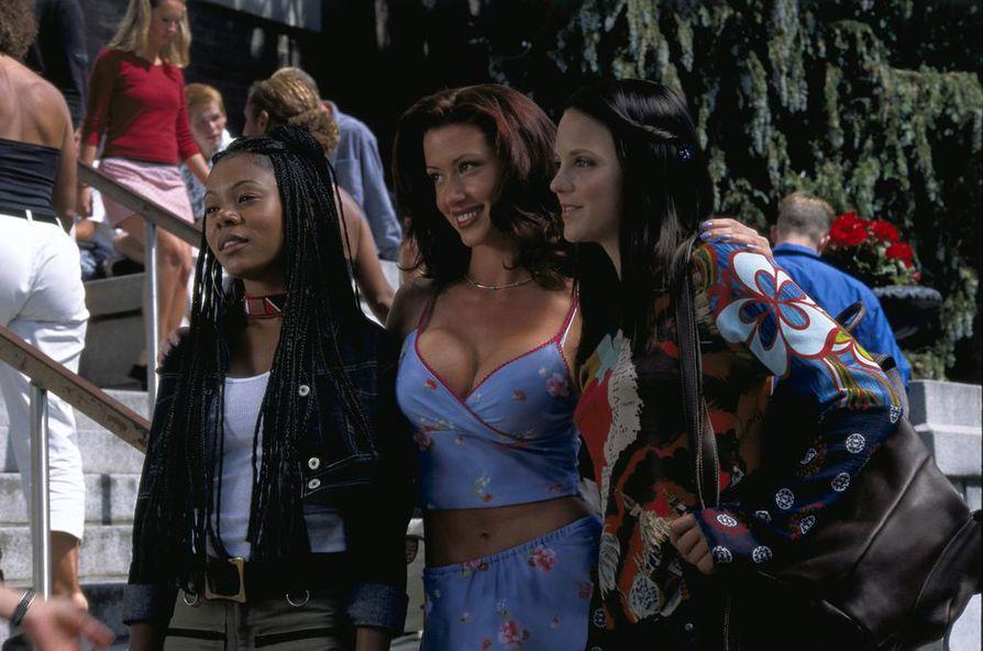 Regina Hall, Shannon Elizabeth ja Anna Faris parodioivat suosittuja kauhuelokuvia Scary Movie -elokuvasarjan ensimmäisessä osassa.