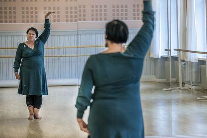 Palma de Mallorca tekee sen, mistä kirjailija Katri Rauanjoki haaveilee – räväkkä muoniolainen alter ego haastaa heittäytymään flamenco-burleskiin ja itsensä hyväksymiseen