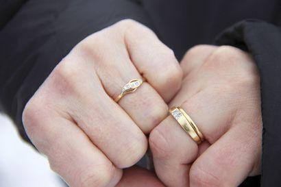 """Haaveiletko häistä iglukappelissa tai haluatko vain helposti muistettavan hääpäivän? - 22.2.2020 Kuusamossa pääsee naimisiin vähin järjestelyin vaikka luonnon keskellä: """"Meillä papit ovat tottuneet vihkimään karvalakki syvällä päässä"""""""