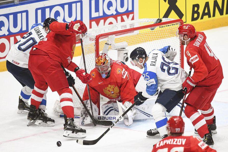 Suomi otti kovan otteen heti ottelun alusta. Kuvassa Toni Rajala yrittää saada kiekkoa Venäjän maalivahti Andrei Vasilevskin ohi.