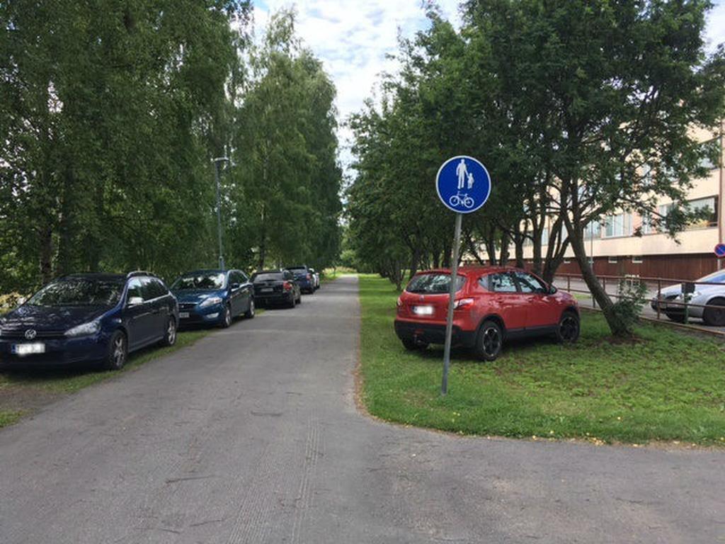 Väärin pysäköidyt autot haittaavat pelastuslaitosta, Heinäpäässä villi pysäköinti huolettaa ...